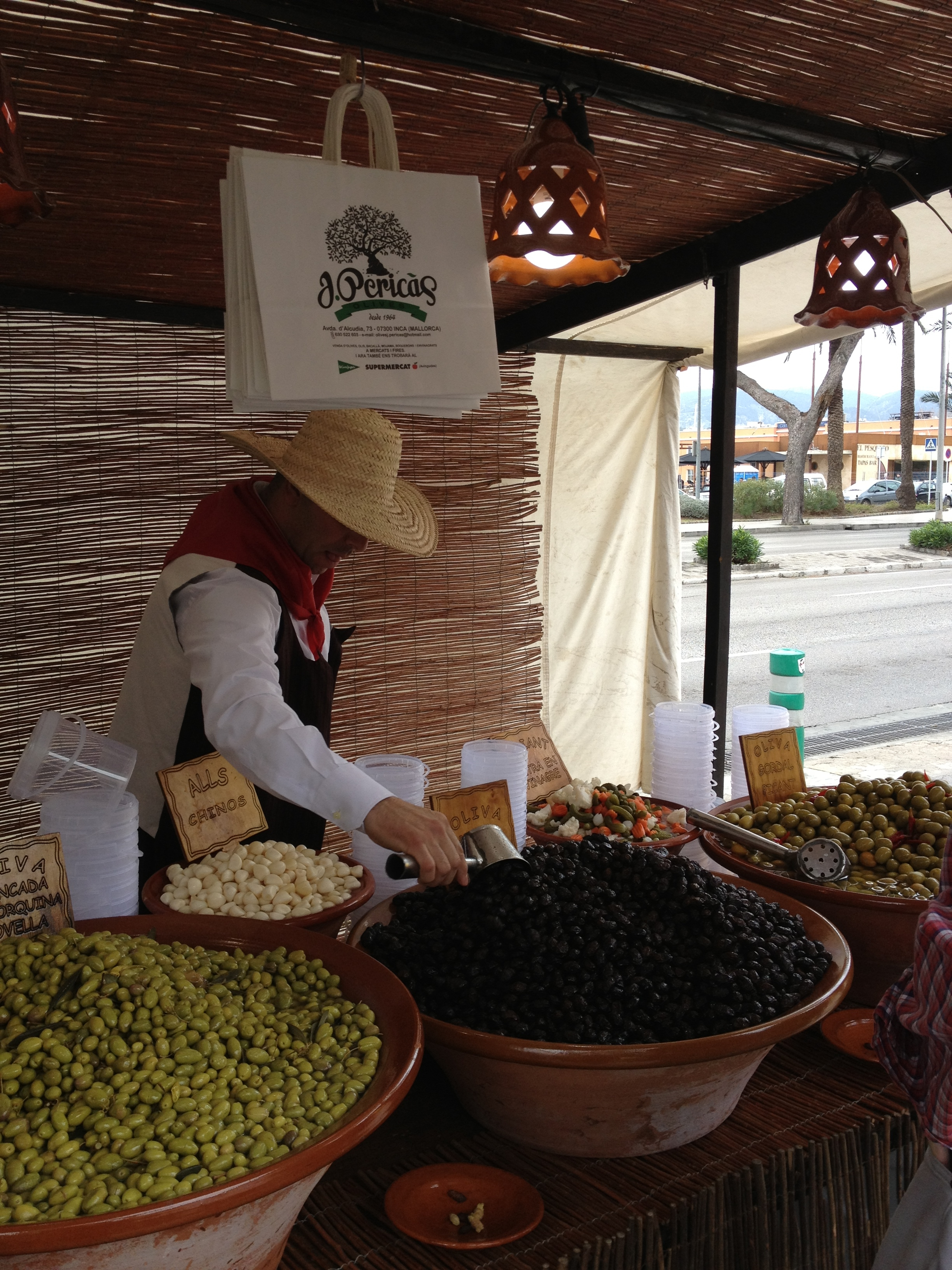mallorca private tourguides, majorcan olives,medieval market in Palma